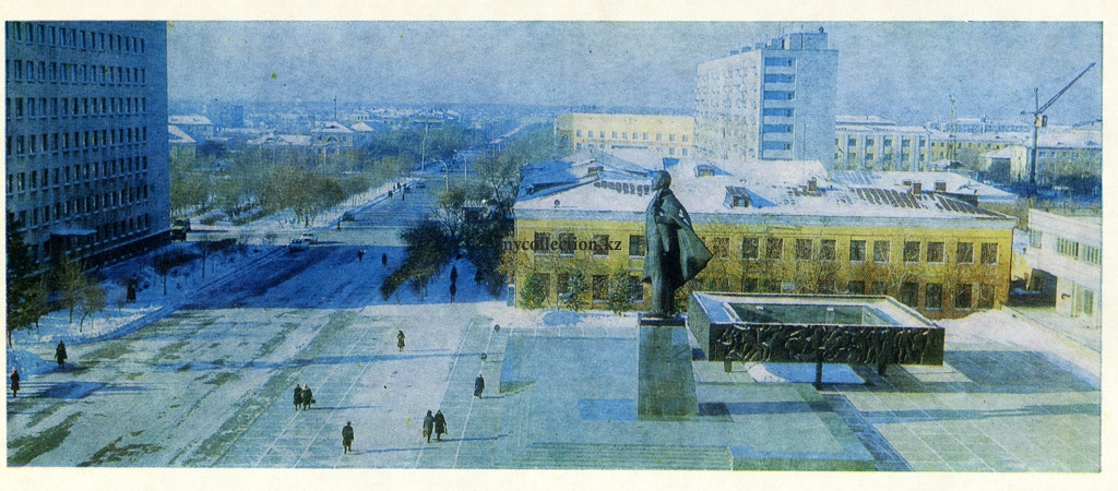 Tselinograd - Winter 1986 - a monument to Lenin.jpg